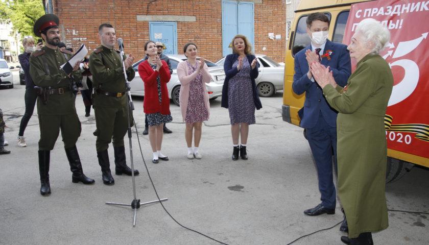 Агитбригады выступили с  концертами во дворах ветеранов г. Шахты (ФОТО, ВИДЕО)