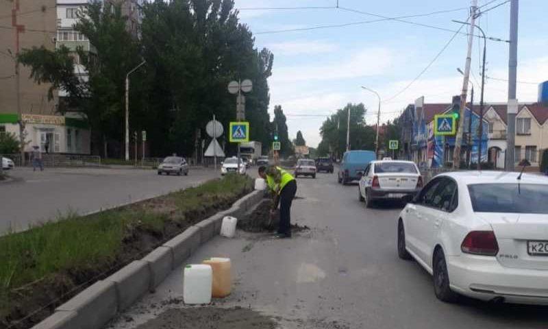 В городе Шахты продолжаются работы по приведению дорог в порядок