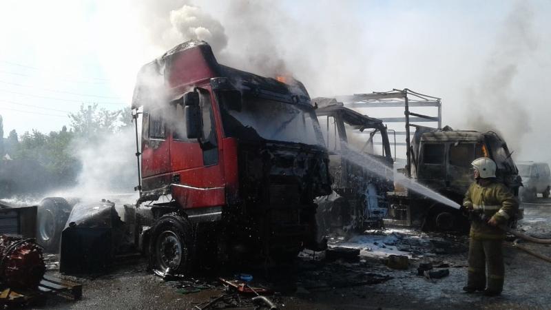 В Шахтах на стоянке сгорели пять большегрузов