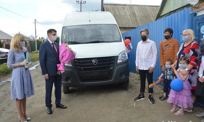 Четыре многодетные шахтинские семьи получили микроавтобусы