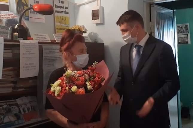Глава администрации г.Шахты поздравил с юбилеем председателя общественной организации «Матери против наркотиков» Валентину Коваленко