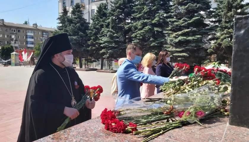 Шахтинцы возложили цветы на площади 40-летия Победы