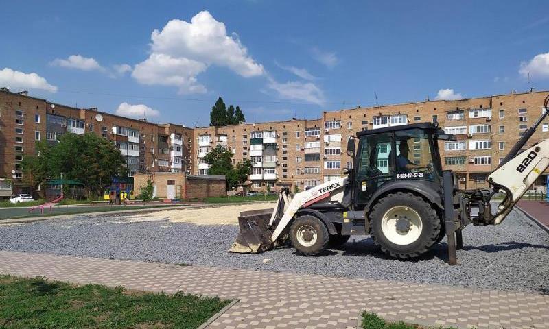 В поселке Майский г. Шахты ведется строительство спортплощадки
