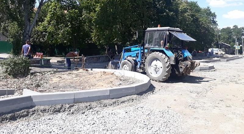 В Шахтах на улице Шевченко производится монтаж бордюрного камня