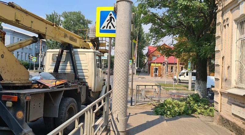 В Шахтах продолжается опиловка деревьев