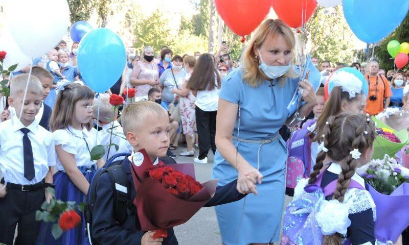 В школе №38 г.Шахты прошла торжественная линейка для первоклашек и выпускников