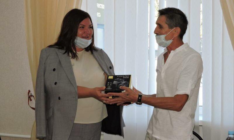 Ирина Жукова подарила Совету ветеранов на память фотоаппарат