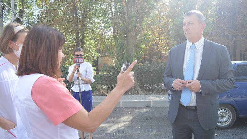 Шахтинские чиновники и общественники проверили ход работ по ремонту улицы Шевченко