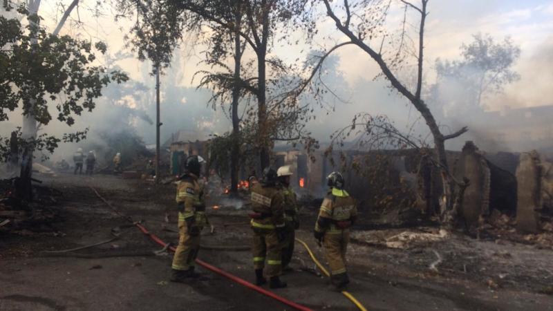 В Шахтах сгорело 750 кв.м. хозпостроек на улице Погодина