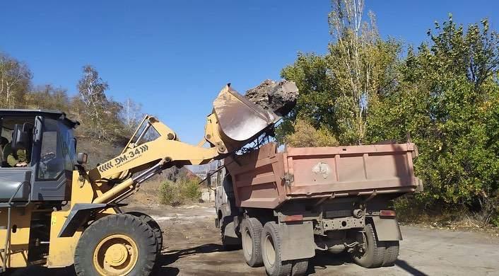 В Шахтах в районе красинского отвала ведется ликвидация навалов мусора