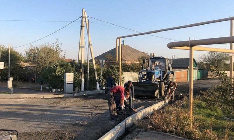 В Шахтах продолжается устройство тротуаров