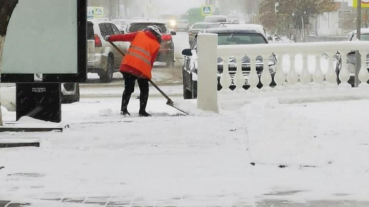 В Шахтах идет уборка снега и посыпка тротуаров пескосоляной смесью